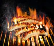 在火焰状格栅的烤香肠 免版税库存照片