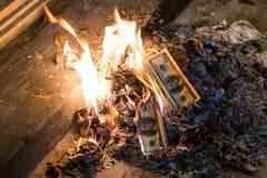 在火焰的灼烧的金钱100张美国美元钞票 免版税图库摄影