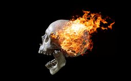 在火焰的顶头头骨在深黑色背景 免版税库存图片