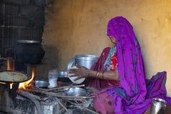 在火焰的食物在Bakutra村庄 免版税库存图片