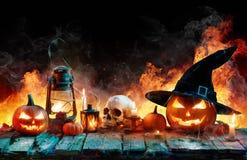 在火焰-燃烧的南瓜的万圣夜 免版税库存照片