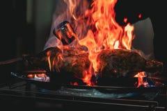 在火特写镜头的开胃烤肉 盘的美好的介绍在餐馆 库存照片