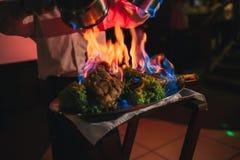 在火特写镜头的开胃烤肉 盘的美好的介绍在餐馆 图库摄影