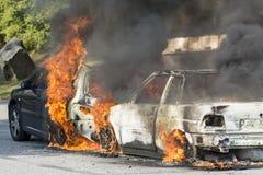 在火的两辆汽车 免版税库存图片