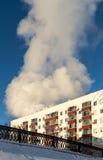 在火的公寓楼 免版税库存照片