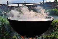在火的大黑大锅与蒸汽 库存图片