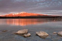 在火的山-在日落,特卡波湖的被日光照射了山 库存图片