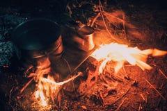 在火的平底锅本质上 库存照片