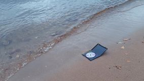 在火的数据CD的圆盘在海岸的沙子 影视素材