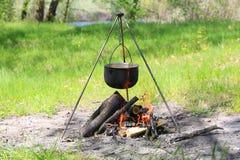 在火的旅游水壶 免版税库存照片