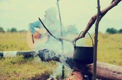 在火的游人水壶 免版税库存图片