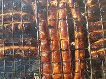 在火的烤香肠 免版税库存图片