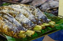在火的烤鱼在街市上 免版税库存图片