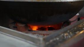 在火的特写镜头灼烧的煤炭 明亮的橙色火焰燃烧的里面 4K 股票视频