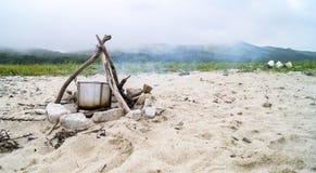 在火的罐在沙子 库存图片