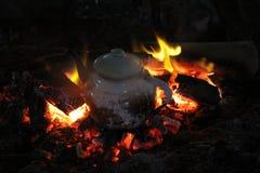 在火的茶壶 免版税库存图片