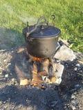 在火的蒸汽蒸煮罐 库存照片