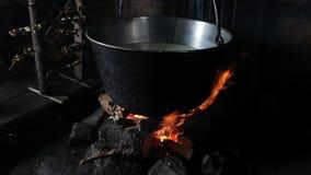 在火的通入蒸汽的老时尚罐 影视素材