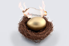 在火的金黄鸡蛋 免版税库存照片