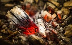 在火的闷燃的炭烬 图库摄影