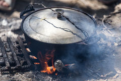 在火的水壶本质上 库存图片