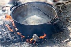 在火的水壶本质上 免版税图库摄影