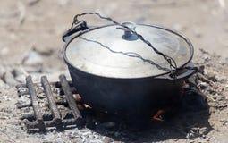 在火的水壶本质上 免版税库存照片
