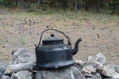 在火的水壶 免版税库存图片
