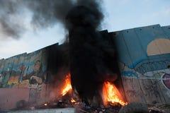 在火的以色列隔离墙 免版税图库摄影