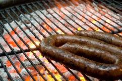在火的Tradtional南非braai烤肉borewors香肠 免版税库存图片