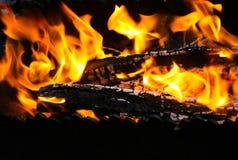 在火盆的火 免版税库存照片
