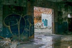 在火石密执安的被放弃的汽车街道画大厦 免版税库存照片