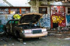 在火石密执安的被放弃的汽车街道画大厦 免版税库存图片