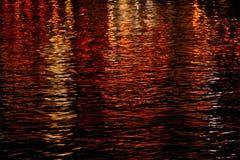 在火红色和黄色的水 免版税库存图片