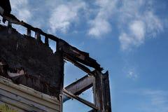 在火被烧下来的房子以后的被烧的黑室 库存图片
