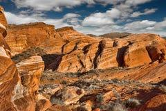在火谷的剧烈的红色岩石峡谷与一个美好的克洛的 免版税库存图片
