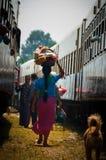 在火车之间的亚裔妇女从后面运载 库存照片