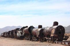 在火车公墓的老火车在Uyuni附近 免版税库存图片