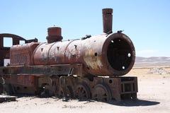 在火车公墓的葡萄酒火车在玻利维亚的沙漠 库存图片