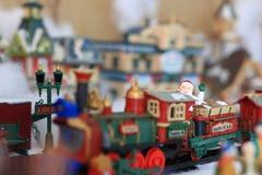在火车圣诞节村庄小雕象的圣诞老人骑马 库存照片
