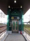 在火车平台1的绿色推力或电梯标志 库存图片