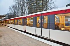 在火车方向里面的人们 免版税库存图片