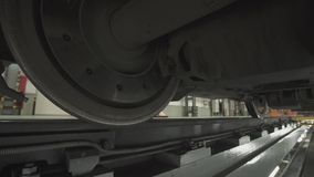 在火车无盖货车底盘的轮子在车间的在工厂 股票录像