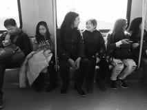 在火车的夫妇 免版税图库摄影