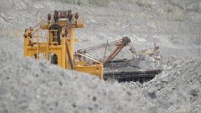 在火车的挖掘机运动的矿石在猎物 大量的设备 股票视频