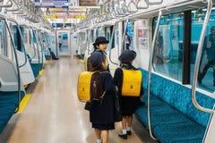 在火车的日语Stuedents 库存图片