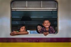 在火车的未认出的愉快的家庭 库存照片