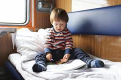 2年在火车的男孩绘画 免版税库存照片