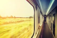 在火车的窗架在日落,旅行概念 免版税库存照片