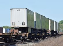 在火车的肩扛拖车 库存照片